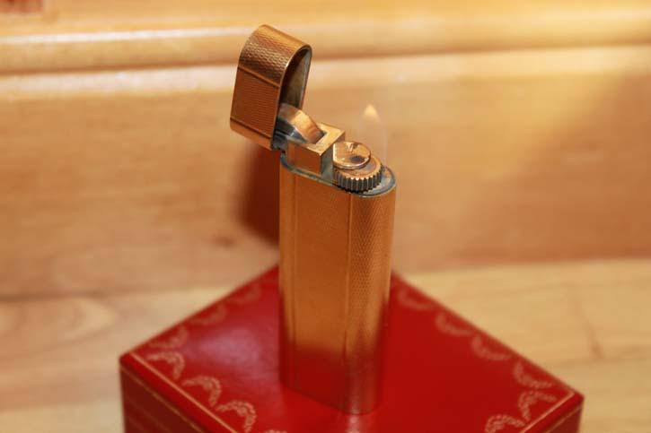 Cartier Feuerzeug in vergoldet mit Feinkorn Guilloche Muster 80er Jahre