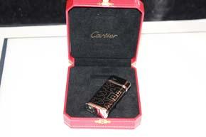 Cartier Feuerzeug Belle Epoque in Lack Schwarz und platiniert mit Box - UVP 740